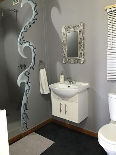 Un baño de CORAM DEO SaltyWaves double en-suite rooms with sea views