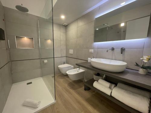 A bathroom at Admayora Guest House