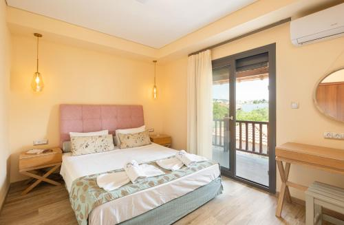 Ένα ή περισσότερα κρεβάτια σε δωμάτιο στο Regos Resort Hotel