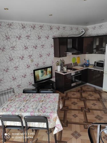 Кухня или мини-кухня в Бунгало на Солнечной