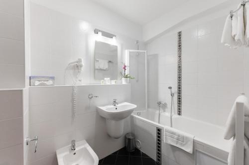 A bathroom at Hotel Antares