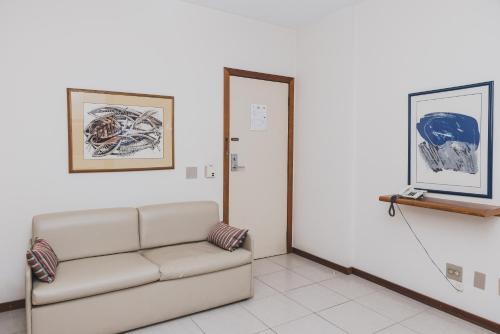 A seating area at Ramada by Wyndham Belo Horizonte Lourdes