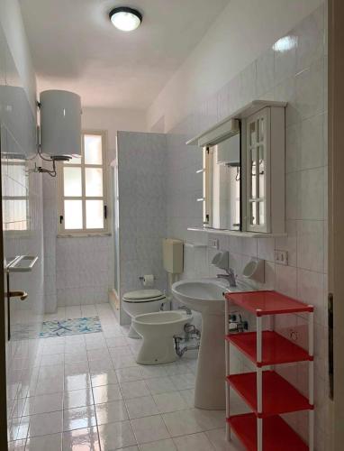 A bathroom at Lopadusa trilo 1