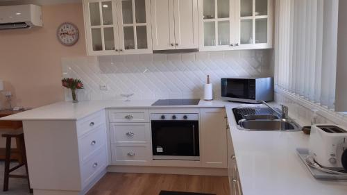 A kitchen or kitchenette at Butterfly Cottage