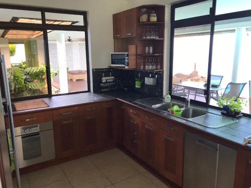 A cozinha ou cozinha compacta de Mata Miti Villa Paradise Tahiti
