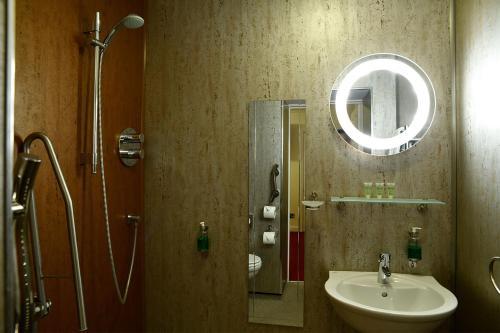 A bathroom at The Knighton Hotel by Paymán Club