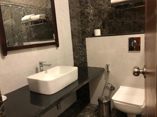 A bathroom at Hotel RAJBAGH Palace