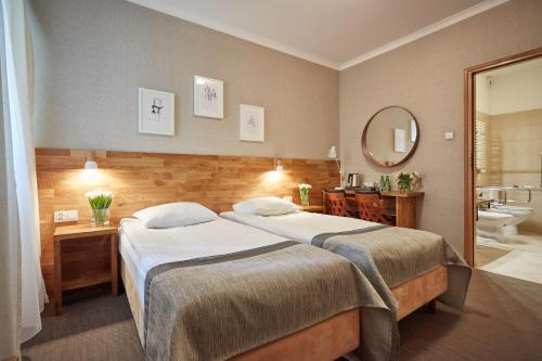 A bed or beds in a room at Hotel Batory