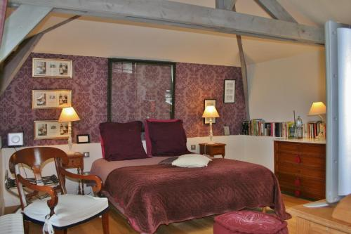 A bed or beds in a room at Aux Rives de Honfleur