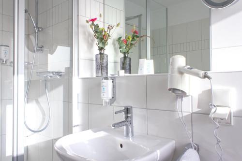 A bathroom at Astenturm Hotel & Restaurant