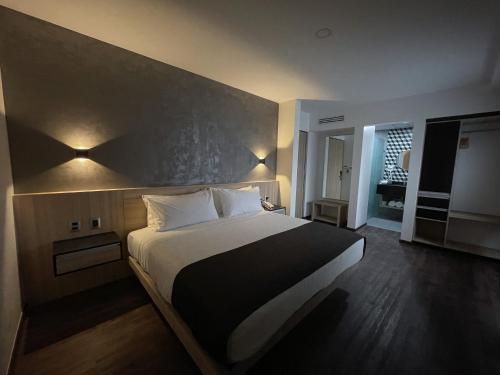 Cama o camas de una habitación en Turotel Queretaro