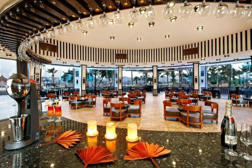 Een restaurant of ander eetgelegenheid bij Albatros Sharm- Families and couples only