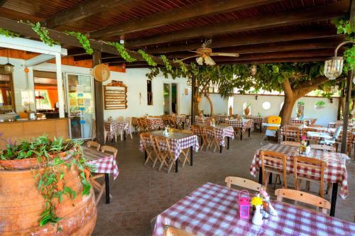 Ein Restaurant oder anderes Speiselokal in der Unterkunft Kassandra Hotel