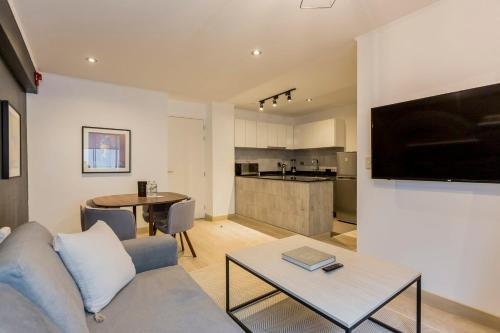 A seating area at Artistic 2BR in Luxury Building
