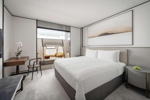 A bed or beds in a room at Shangri-La Singapore (SG Clean, Staycation Approved)