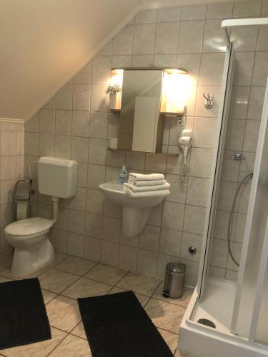 A bathroom at Judit Vendégház
