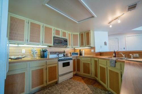 A kitchen or kitchenette at Tranquillo Stunning Pirates Beach House 2 decks 2-min walk to beach