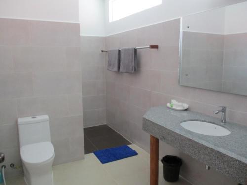 A bathroom at Saracen Bay Resort