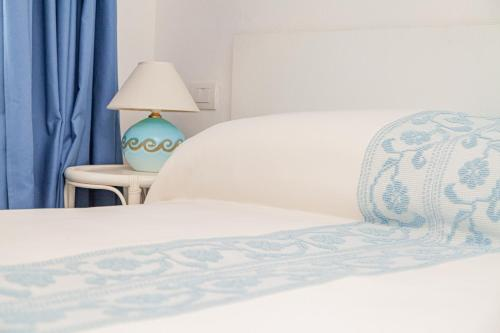 A bed or beds in a room at Locanda Tartarughino - Luxury Suites in Porto Rotondo
