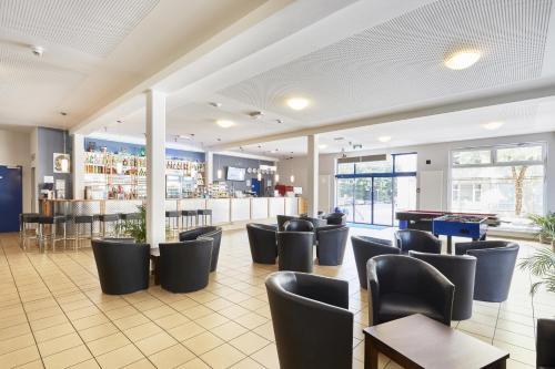 The lounge or bar area at a&o Aachen Hauptbahnhof