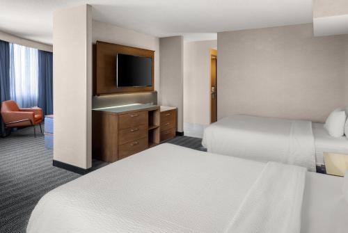 A bed or beds in a room at Courtyard by Marriott Minneapolis Downtown
