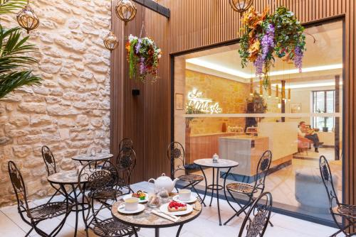 A restaurant or other place to eat at Hôtel Le Milie Rose