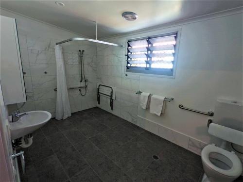 A bathroom at Lake Tinaroo Holiday Park