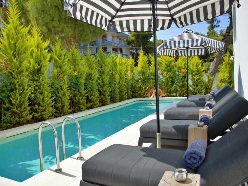 בריכת השחייה שנמצאת ב-Azur Hotel או באזור