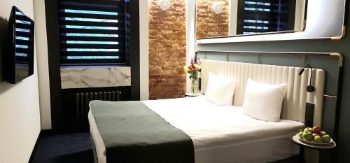 A bed or beds in a room at Statskij Sovetnik Hotel Zagorodnyy