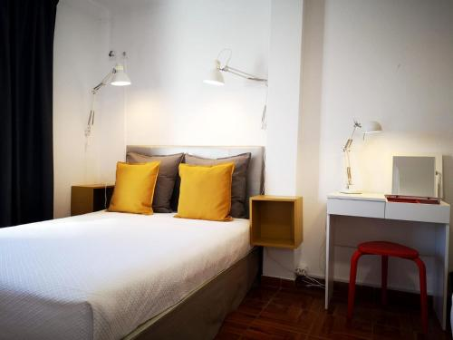 A bed or beds in a room at The Bulldog Inn - Duna Parque Group