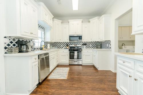 A kitchen or kitchenette at Beyond the Blue Fabulous Beach House close to Seawall and Pleasure Pier