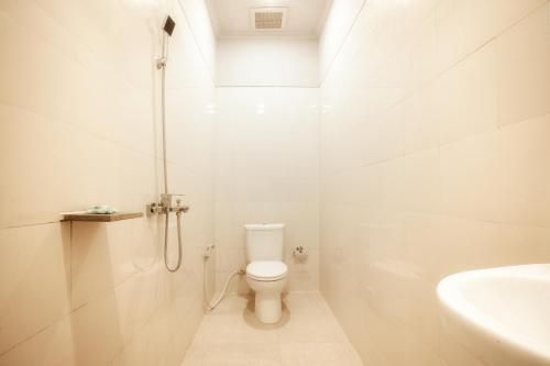 Kamar mandi di A&W guest house
