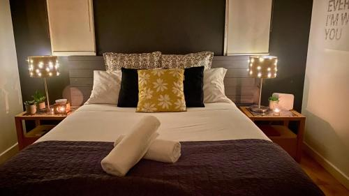 A bed or beds in a room at Couples Private Spa Retreat