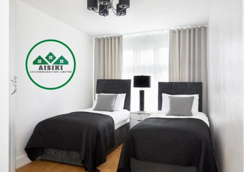 A bed or beds in a room at FW Haute Apartments at North Finchley 3 Bedrooms and 2 Bathrooms with King or Twin beds FREE WIFI