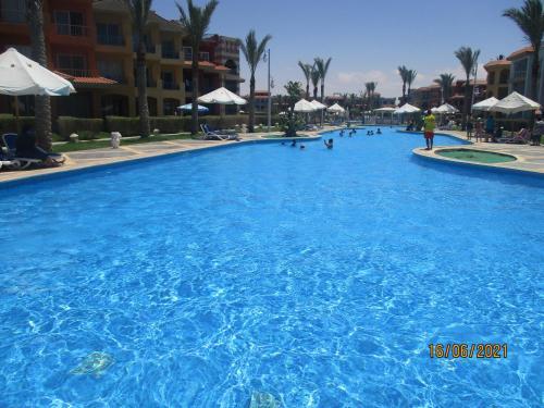 المسبح في BLUE PORTO Matruh Resort أو بالجوار