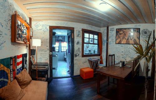 Uma área de estar em Uai Hostel