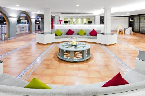 De lobby of receptie bij Elba Castillo San Jorge & Antigua Suite Hotel