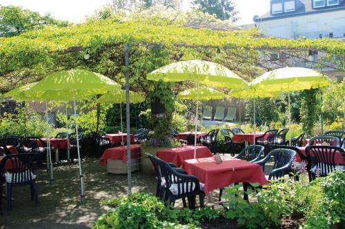 A restaurant or other place to eat at Mühlenthalers Park Hotel