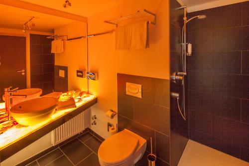 A bathroom at Hotel Der Achtermann