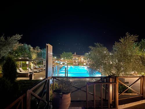 Ein Blick auf den Pool von der Unterkunft Mystras Grand Palace Resort & Spa oder aus der Nähe