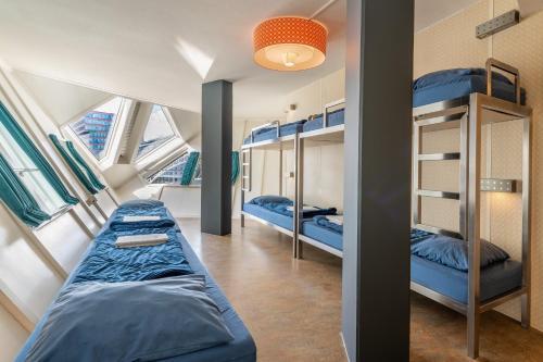Een stapelbed of stapelbedden in een kamer bij Stayokay Hostel Rotterdam