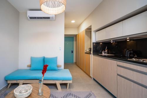 Кухня или мини-кухня в Redcon Suites