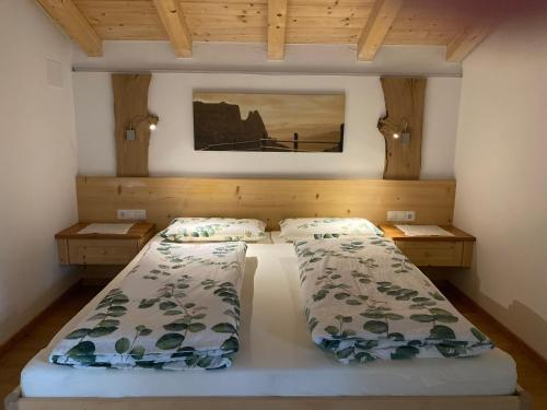 A bed or beds in a room at Peterlungerhof