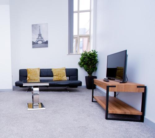 A seating area at Spacious Urban City Apartment