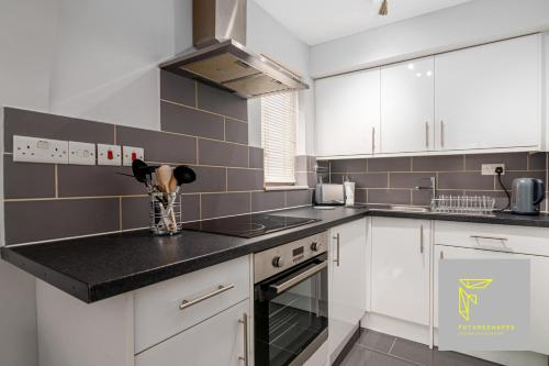 A kitchen or kitchenette at GuestReady - Cosy Wimbledon Studio Flat