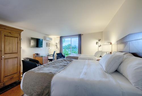 Кровать или кровати в номере Auberge Handfield et Spa