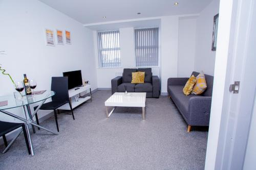 A seating area at Cosy Executive City Apartment