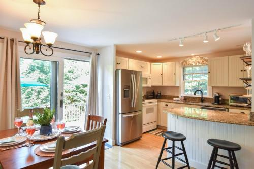 A kitchen or kitchenette at 148 Quiet Neighborhood Spacious Private Outdoor Living Walk to Commercial St Dog Friendly
