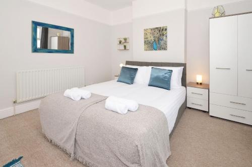 A bed or beds in a room at A favourite for Alton Towers, Venture House!
