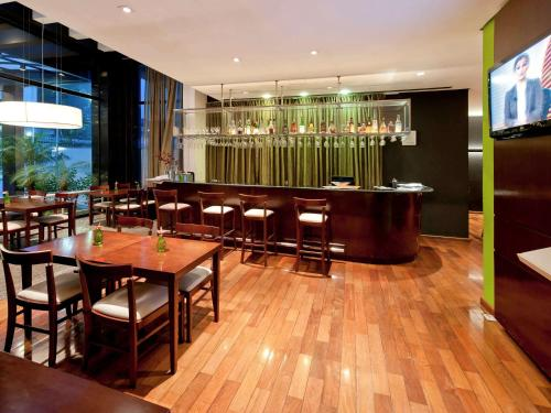 A restaurant or other place to eat at Mercure Sao Paulo Paulista
